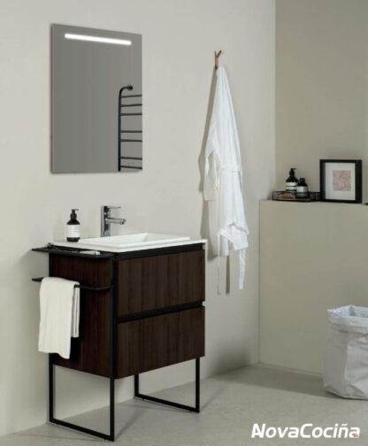 mueble de baño marron con detalles en negro como patas y toallero