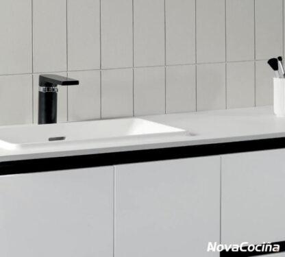 lavabo y grifo negro con diseño minimalista