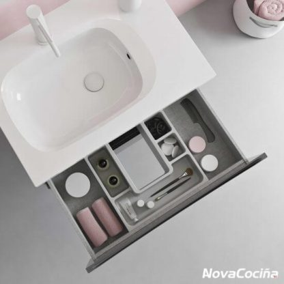 vista desde arriba de lavabo, con cajón abierto y divisiones para poner los elementos del baño.