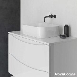 módulos de baño en tonos blancos con lavabo sobre encimera