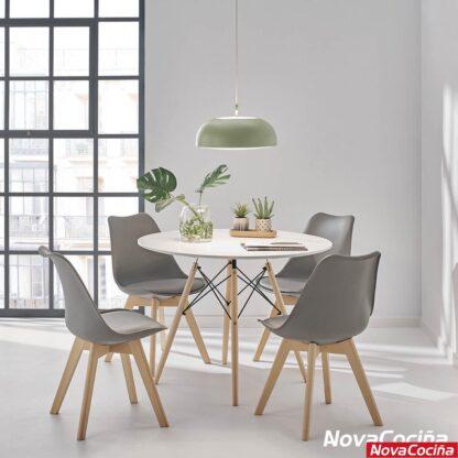 Imagen de varias sillas con respaldo gris rodenando la mesa redonda