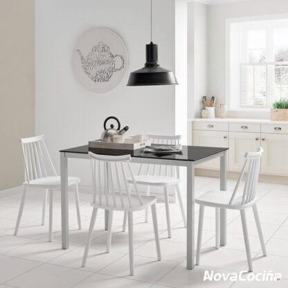 Mesa fija de cocina color negro con cuatros sillas