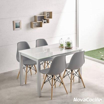 Mesa de cristal blanca con cuatro sillas rodeándola nombre KARINA