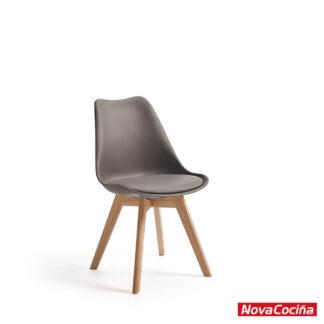 Silla de estilo Nórdico con respalo gris y asiento acolchado