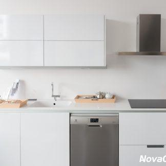 Cocina blanca completa con muebles y electrodomésticos