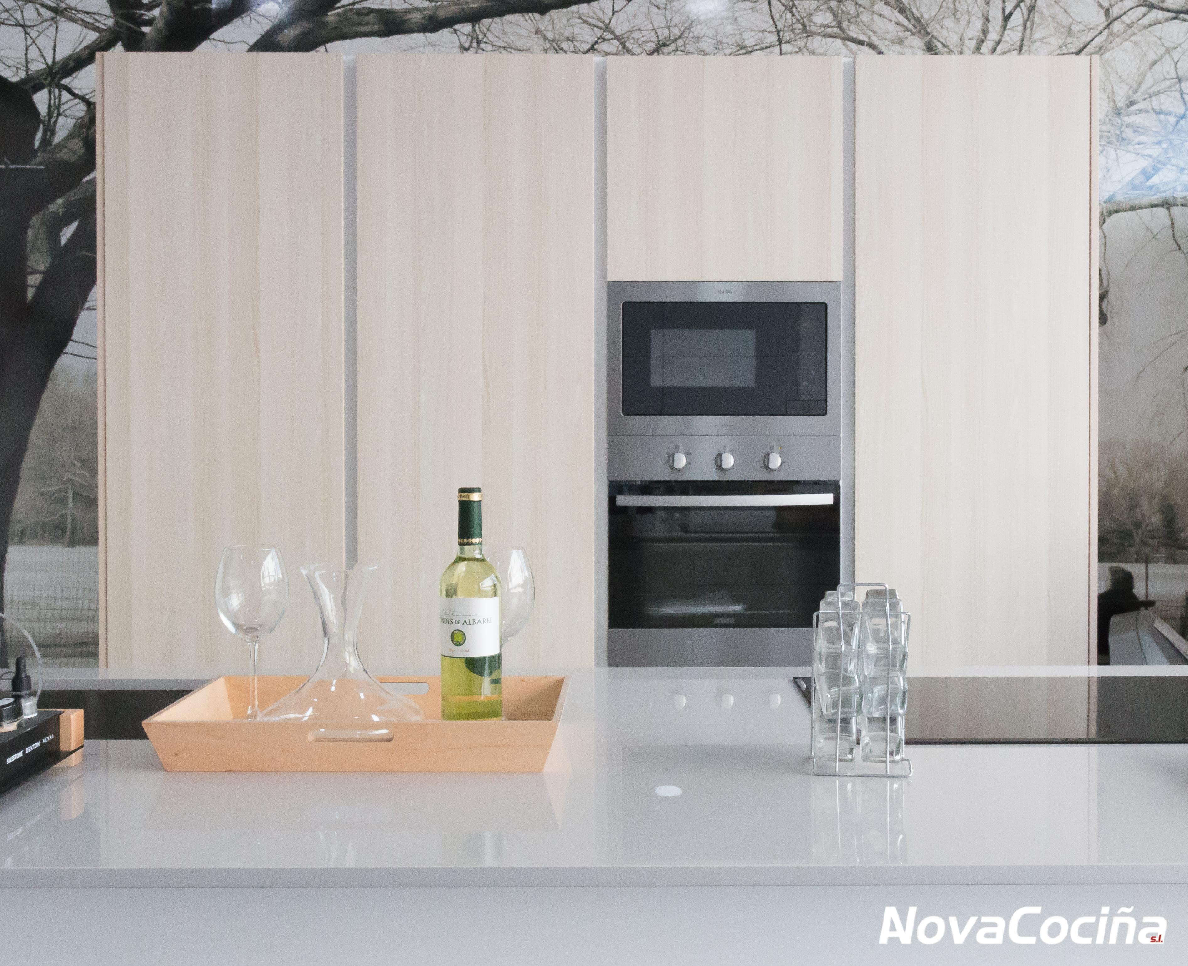 Cocina tipo isla con muebles y electrodomésticos | ANova Cociña