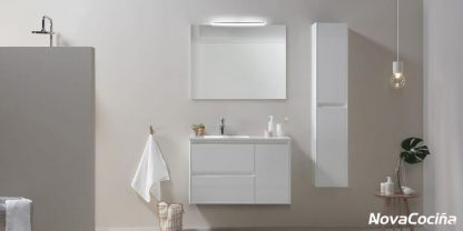 baño completo con diferentes modulos colgados y espejo cuadrado