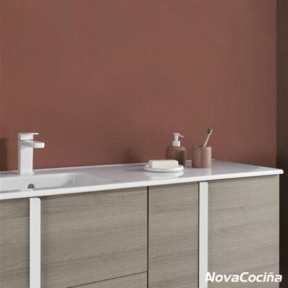 detalle de mueble con grifo blanco