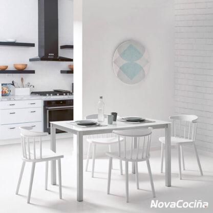 Mesa fija de cocina color blanco con cuatros sillas