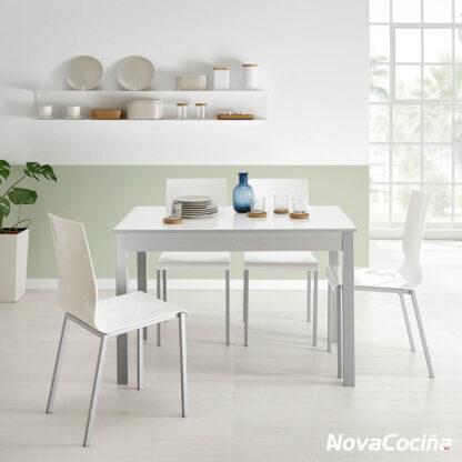 Foto de una cocina con la mesa en el centro de color blanco