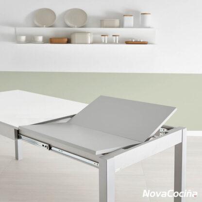 Foto de la mesa de color blanco, ampliando el extensible