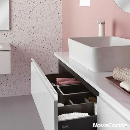 Detalle de lavabo modular con pileta sobre encimera y cajon abierto