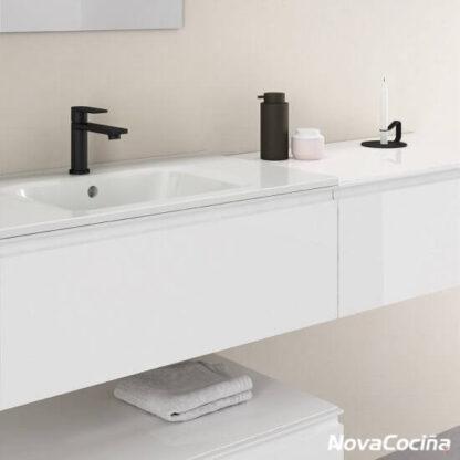Detalle de lavabo suspendido color blanco