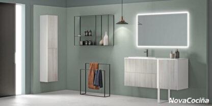 conjunto de muebles de baño en color madera claro y blanco, con un gran espejo superior con retroiluminación