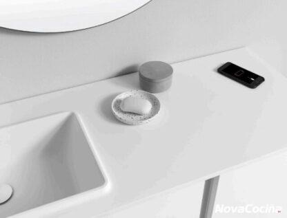 Detalle de mueble de lavabo con jabonera y móvil