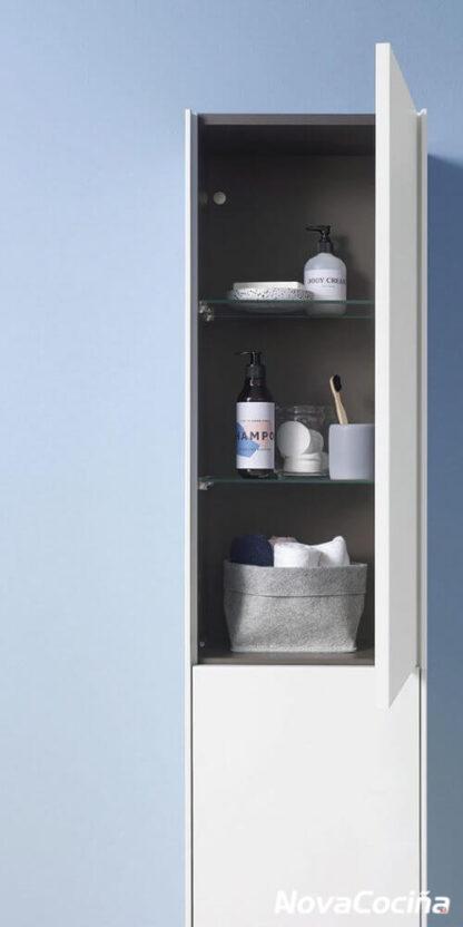 columna auxiliar de baño de color blanca con la puerta abierta y objetos dentro
