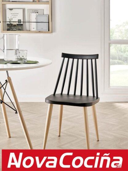 Silla negra con patas madera de estilo nórdico