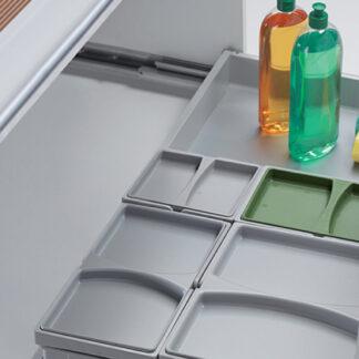 modulo de cocina pequeño con cajón abierto y cuatro cubetas modulares un pequeña y otra grande, con bandeja al lado para apoyar jabones y estropajos.