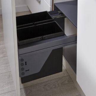 Detalle de cajón abierto con cubos de basura