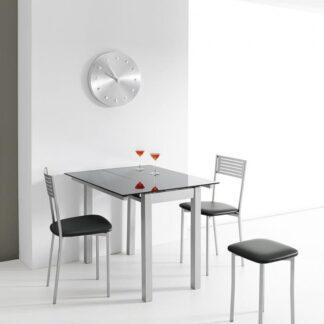 Mesa de cristal Karen con dos sillas Kiris y dos taburete Kira